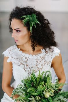 green bouquet with coordinating hairpiece #bridal #bouquet #hair
