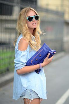 Balenciaga clutch, cobalt blue to die for. Balenciaga Mini City, Balenciaga Clutch, Look Street Style, Blue Clutch, The Blonde Salad, Blue Handbags, Fashion Outfits, Fashion Trends, Women's Fashion