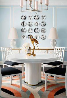 Decorar la pared con una composición de platos simétricos