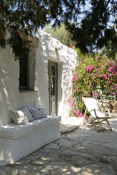 House at Patmos island, Dodecanese, Greece Adobe Haus, Modern Outdoor Living, Greek House, Bench Set, Mediterranean Style, Renting A House, Architecture, My Dream Home, Exterior Design