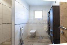 HARTL HAUS Kundenhaus mit freundlichem Badezimmer. Dunkle Möbeln und Verzierungen verleihen dem Bad ein elegantes und modernes Design Toilet, Bathroom, Home, Bright Bathrooms, Dark Furniture, Embellishments, Contemporary Design, Bathing, Washroom