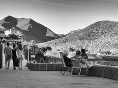 https://flic.kr/p/yHcoee | Vida local | Tres vecinas de Las Negras, Almería, a sus cosas mientras los turistas van a las suyas.