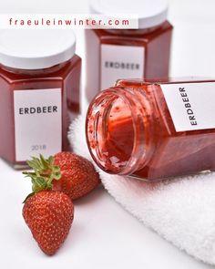 Erdbeer-Marmelade (Konfitüre) selbst gemacht. | Fraeulein Winter Candle Jars, Candles, Vegan, Wine, Drinks, Bottle, Food, Coffee Soap, Jam Jam