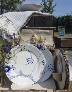 Urlaub in Dänemark. Falls keine Zeit für Urlaub ist, veranstaltet doch ein Picknick in eurem Garten oder auf eurem Balkon und schnappt euch die Mega Blau Gerippt Teller der dänischen Manufaktur Royal Copenhagen.