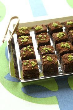 Scopri come creare dei golosi cubetti al cioccolato con pistacchi grazie alla ricetta di Sale&Pepe: un dolcetto ideale a fine pasto, ma ottimo anche a merenda.
