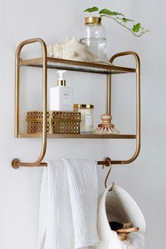 Hvidt-i-hvidt er en sikker favorit når det gælder indretningen af badeværelset. Ved at tilføje nogle få elementer i guld, kan du lynhurtigt opgradere udtrykket.