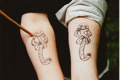 Pequeños tatuajes de la marca tenebrosa, símbolo de Lord Voldemort y sus Mortífagos en Happy Potter, tatuados en el antebrazo.