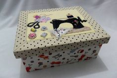 Caixa Costura com Patchwork Embutido | Art Minha - Biscuit | Elo7 Kitchen Labels, Coin Couture, Altered Boxes, Sewing Box, Diy Candles, Shadow Box, Chalk Paint, Paper Dolls, Projects To Try