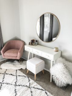 Home inspo / white home / house inspiration / pink velvet ch.- Home inspo / white home / house inspiration / pink velvet chair Home inspo / white home / house inspiration / pink velvet chair - Built In Dressing Table, Dressing Table Organisation, Dressing Table Design, Dressing Tables, Dressing Table In Bedroom, Dressing Table Modern, Dressing Room Decor, Dressing Chair, Makeup Dressing Table