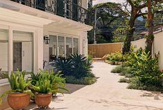 Um jardim contemplado por todos os ambientes da casa - Casa