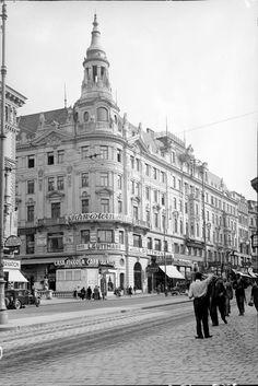 Wien 6, Mariahilferstraße 1930.  Das Wohn- und Geschäftshaus 'Casa Piccola', erbaut 1896-1902 von Theodor Karl. Vienna Austria, Klimt, Louvre, Building, Travel, Vintage, House, Pictures, Viajes