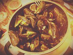 Paris//moules//lacuisinefrancaise Japchae, Paris, Ethnic Recipes, Food, Mussels, Montmartre Paris, Paris France, Meals, Yemek