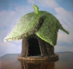 needle felting gnome or fairy house. I think I can cut out the leaves and hot glue them. Use a toilet paper roll for the bottom of the house - brown felt around that, if necessary. Wet Felting, Needle Felting, Felt House, Waldorf Crafts, Felt Fairy, Nature Table, Fairy Houses, Doll Houses, Felt Crafts