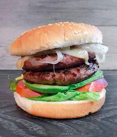H o m e m a d e   Preparar una burger en casa es tan fácil como añadir tantos ingredientes como te apetezca. La mía dice así:  Pan  Cebolla caramelizada  Queso  Burger x 2  #aguacatepasion  Tomate  Lechuga  Pan  Que le ponéis a vuestras burger?  Buenas noches!  .  Burger night with lettuce tomato avocado cheese & caramelized onion . . . #burgernight #burgerporn #burgermania #hamburguesa #anacocinitas