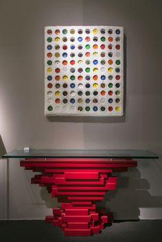 console en bois laquée rouge,signée et numérotée Manne EA 1/1, au dessus un tableau de l'artiste Jack Hironimus en carton... à vendre à la galerie Jungmann