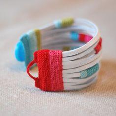 KJOO 's crocheted bracelet sur Las Teje y Maneje Fabric Jewelry, Beaded Jewelry, Beaded Bracelets, Gold Jewelry, Crochet Bracelet, Diy Bracelet, Diy Necklace, Gold Necklace, Handmade Bracelets
