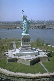 Statue of Liberty, New York City Gustave Eiffel, Singapore Island, New York Statue, Journey Journey, Liberty Island, Jolie Photo, Places Around The World, Beautiful World, Wonders Of The World