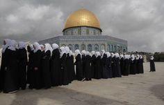 Niñas escolares palestinas caminan en línea más allá de la Cúpula de la Roca en el complejo de la mezquita de Al-Aqsa en la Ciudad Vieja de Jerusalén el 27 de octubre de 2015. El primer ministro israelí, Benjamin Netanyahu, se apresuró a contener la retórica incendiaria de su gobierno sobre el lugar santo, que es sagrado tanto para musulmanes como judíos. Ahmad Gharabli—AFP/Getty Images