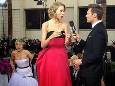 Jennifer Lawrence Photobombs Taylor Swift at 2014 Golden Globes. And later told reporters she wanted to push Taylor Swift off the stairs. Taylor Swift 2014, Jack Nicholson, Hunger Games, Vanity Fair, Tribute Von Panem, Indian Funny, Plus Tv, Sneak Attack, Emma Thompson
