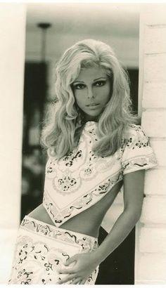 Nancy Sinatra photographed by Ron Joy. 60s And 70s Fashion, Retro Fashion, Vintage Fashion, Divas, Streetwear, Vintage Outfits, Nancy Sinatra, Looks Black, Thing 1