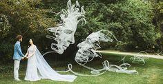 Benjamin Shine ha desarrollado una instalación para su propia boda llamada Entrelazados en donde una cinta de 4km de extensión guian a los invitados por el bosque hasta rematar en el arco nupcial con los rostros esculipos en el aire de él y su prometida.