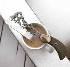 I do not know much about knifes but i thinks this Knife Rox unbelivebel really Uniq knife Cool Knives, Knives And Tools, Knives And Swords, Ninja Weapons, Zombie Weapons, Hand Forged Knife, La Forge, Straight Razor, Handmade Knives