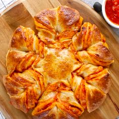 Pull Apart Pizza Star - warm, cheesy and pull apart Pizza bread! The easiest and fun pizza recipe that can be prepared in 5 minutes and ready in 20 minutes. All you need is only 5 ingredients: refrigerated pizza dough, marinara sauce, shredded mozzarella, egg and water. The perfect snack, lunch or quick dinner. Fun for game day too! #PullApartPizza #PizzaStar