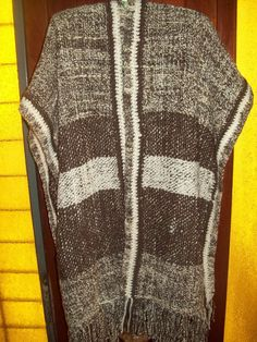 ruana larga en telar, tejida con lana hilada.