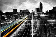 Reisfotografie zwart-wit trein NS spoorzone Tilburg. Foto door Marijke Krekels fotografie