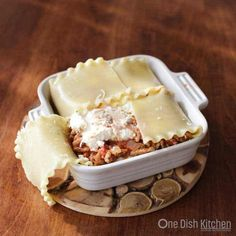 A classic lasagna recipe! This mini lasagna is made with just 2 lasagna noodles and layered with meat, cheese, and sauce. Baked in a small baking dish, this lasagna is the perfect amount to serve one or two people. Mini Lasagne, Cooking For One, Batch Cooking, Small Meals, Meals For Two, Kitchen Dishes, Food Dishes, Pasta Dishes, Food Food