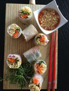 Verse loempia's met Ama Su saus. Maak eerst je sausje dan kan dat al afkoelen. Neem 1 deel suiker, twee delen rijstazijn en 4 delen water en een snuifje zout. En kook dit even op. Voeg een beetje maizena toe en laat nog even koken. Het moet een licht stroperige saus zijn. Laat dit afkoelen. Kook je rijstnoedels gaar en laat ook deze afkoelen. Neem je mandoline en snij je wortel in dunne julienne, alsook je ui, je appel en je komkommer. Neem je rijstvel ( voorzichtig dit breekt snel ) en leg…