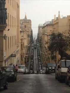 Jak juz zaparkujesz w Valletcie to nie zapomnij zaciągnąć ręcznego Malta, Street View, Malt Beer