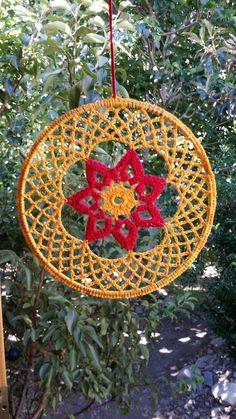 Mandalas tejidos a crochet en algodón o hilos. Desde $5.000 Crochet Dreamcatcher Pattern, Crochet Earrings Pattern, Crochet Mandala Pattern, Doily Patterns, Afghan Crochet Patterns, Crochet Stitches, Crochet Tree, Love Crochet, Diy Crochet