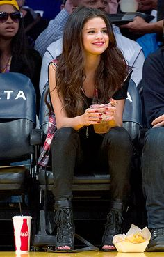 #SpringBreakers star Selena Gomez sits courtside at a LA Lakers game