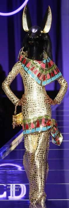 Very clear Egyptian influences not only by the headwear (being the god Anubis) but the colours used as well. Jhon Galliano, Runway Fashion, High Fashion, Egyptian Fashion, 20th Century Fashion, Vintage Dior, French Fashion Designers, Fantasy Dress, Dior Couture