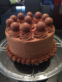 Jaffa cake with milk chocolate ganache & Lindt balls. Milk Chocolate Ganache, Chocolate Bourbon, Chocolate Bundt Cake, Bourbon Cake, Chocolate Cake Designs, Jaffa Cake, Chocolate Brands, Cake Decorating Tips, Cake Toppings