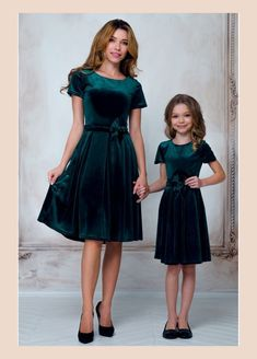 10 cutest mom and baby Christmas dress matching pair using a suitable color combination for this holiday by mixture of red and green color. Mommy Daughter Dresses, Mother Daughter Matching Outfits, Mother Daughter Fashion, Mommy And Me Outfits, Mom Dress, Baby Dress, Girl Outfits, Moda Kids, Girls Christmas Dresses