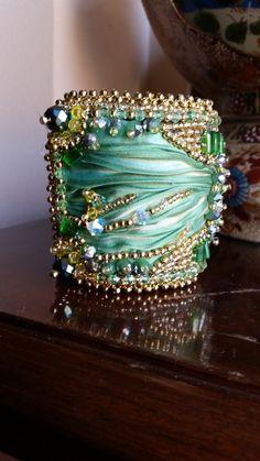 Bracciale polsino con seta shibori verde con cabochon di vetro, swarovski,cristalli, tessitura di perline : Braccialetti di giujoux