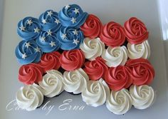 of july cupcakes like it's waving in the wind. Many people celebrate the Fourth of July by hosting backyard BBQs and these of July Cupcakes would be a great item to serve as dessert. Fourth Of July Cakes, 4th Of July Desserts, Fourth Of July Food, 4th Of July Party, 4th Of July Ideas, 4th Of July Celebration, Pull Apart Cake, Pull Apart Cupcakes, 4. Juli Party
