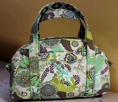 What defines a free handbag patterns? 2 So what is the fuss about these free handbag patterns? What defines a free handbag patterns? Purse Patterns Free, Handbag Patterns, Bag Patterns To Sew, Tote Pattern, Sewing Patterns, Sewing Tutorials, Quilted Purse Patterns, Bag Tutorials, Bag Quilt