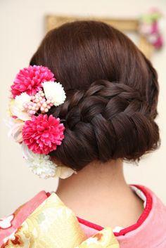 insert the flower arrangement. Bride Hairstyles, Cute Hairstyles, Yukata, Kabuki Costume, Wedding Kimono, Japanese Wedding, Hairdo Wedding, Hair Arrange, Kimono Fashion
