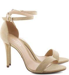 Vamos falar entre amigas? Não há nada mais sexy do que um salto alto e fino. Sinta-se poderosa com esta sandália em textura brilhosa e de tiras minimalistas. O modelo deixa os pés à mostra e é superv