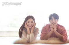 엎드려서 다정한 시간을 보내는 한국인 커플 - gettyimageskorea