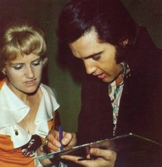 ELVIS PRESLEY PHOTO´S BLOG 3- 1970-1977: Jerry Schilling placing a necklace (a…