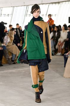The complete Sacai Fall 2018 Ready-to-Wear fashion show now on Vogue Runway. Autumn Fashion 2018, Next Fashion, Runway Fashion, Fashion Outfits, Womens Fashion, Paris Fashion, Catwalk Collection, Fashion Show Collection, Deconstruction Fashion