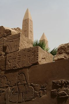 "Tekhens (""Obelisks"") and the Mdw Ntr, in the foreground. Ancient Aliens, Ancient Art, Ancient Egypt, Ancient History, Egyptian Beauty, Egyptian Art, Empire Romain, Valley Of The Kings, Ancient Mysteries"