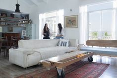 Ingenious coffee table on casters in the eclectic living room