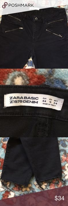 """ZARA BASIC Z1975 DENIM JEANS! BLACK ZARA BASIC Z1975 DENIM JEANS! 28"""" inseam/ US SZ12/sz44 EURO/sz34MEXICO - made in TURKEY. Zip front/silver button to close two open front pockets/4 front pockets with zippers/2 rear pockets/ belt loops. Frayed hems... jeans in GREAT CONDITION! Zara Pants Skinny"""