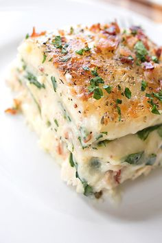 Creamy Chicken Florentine LasagnaCreamy Garlic Sauce (recipe below) • 12 lasagna noodles, cooked • 1 pound chicken tenderloins (about 8-10 tenderloins), cooked and diced • 3 cups shredded parmesan cheese • 4 cups shredded mozzarella cheese • 1 (6 oz) bag baby spinach, raw • 12 strips bacon, cooked crispy • 1 teaspoon Italian seasoning • 1 tablespoon chopped flat-leaf parsley