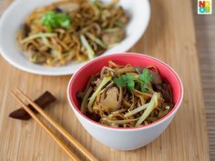 100 grams (2 bundles) dry ee-fu noodles 1 tbsp sesame oil 1 tbsp olive/vegetable oil 3 cloves garlic finely chopped 100 grams hon shimeiji mushrooms ends trimmed 50 grams shiitake mushrooms caps only; sliced thinly 100 grams yellow chives cut to 2 inch (5 cm) lengths 1-2 handfuls of beansprouts 5 canned straw mushrooms halved